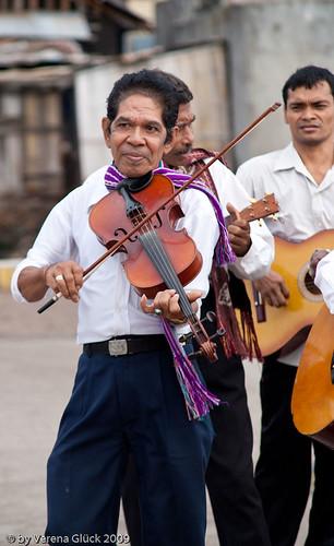 Musiciens traditionnels de Larantuka, jouant violon, mandoline et guitare (www.flickr.com/schwarzepiratin/Verena Glück).