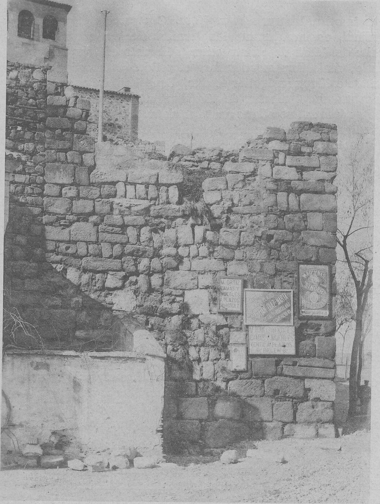 Muros romanos junto a la Puerta de Alcántara hacia 1900