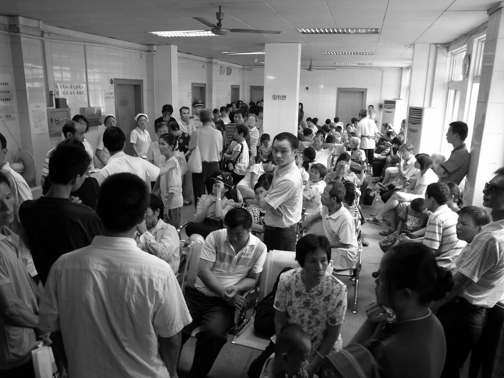 人山人海的候诊室。