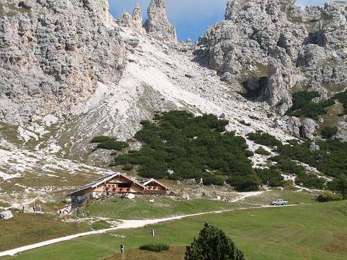 Die Jimmyhütte auf dem Grödner Joch; Ausgangspunkt und Ziel der Rundwanderung