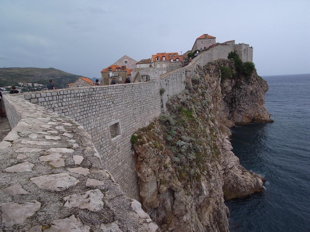 大-Dubrovnik5古城坐落海邊,沿山而建,城牆下面便是拍打山崖的海浪
