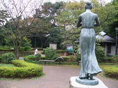 barefoot statue flute girl at 2km of Imperial Palace jogging running course
