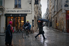 Au pain quotidien sous la pluie (Paolo Pizzimenti) Tags: gens homme femme pluie pain quotidien couple ami villette montorgueil paris france paolo olympus zuiko penf 25mm f18 m43 mirorroless film pellicule argentique