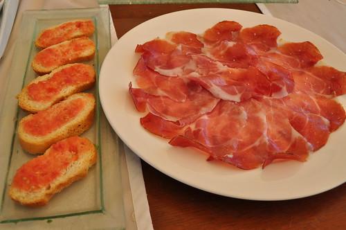 Jamón ibérico con pan y tomate
