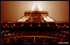 La Tour Eiffel de nuit et dans le brouillard (Patchok34) Tags: tour eiffel paris nuit brouillard tower night fog toureiffel eiffeltower nightlights francelandscapes kartpostal mywinners nikon f801s nikonflickraward flickraward flickraward5 argentique france