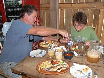 phil et paul au restaurant .jpg