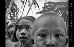 CAMBODIAN KIDS (GORKA VADERETRO) Tags: byn look kids nikon asia cambodia niños tokina tuktuk tres angkor childs gorka 1224 foco miradas camboya remoto d90 vaderetro mirantes gorkavaderetro