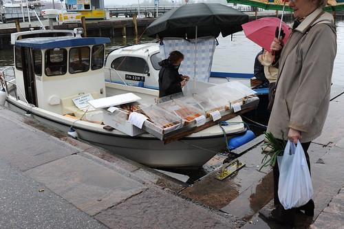 船の上の魚売り