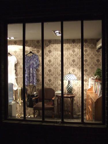 路邊的一家服飾店