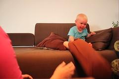 gusten klättrar i soffan3jpg