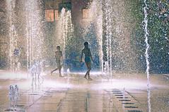 Evry Daily Photo - Fontaine Place des Droits de l homme - Pluie de confetti 2