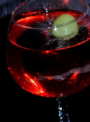 Vallende witte druif in rode wijn