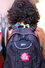Composio de mochila com florzinha e cabelos por Leni Mattos (Paula Marina) Tags: me myself back eu backpack euzinha cabelo mochila florzinha costas cachos paulamarina fitinhas cacheado bylenimattos coloquesuanoteafeelfree mulherfitinha paulamarina