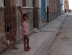 Watching the Street (Bellwizard) Tags: street girl calle child havana cuba nia carrer lahabana