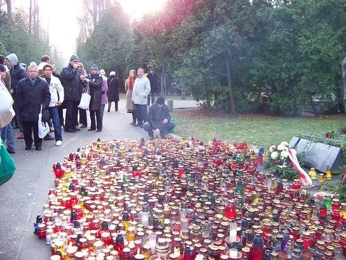 Mộ của ông Jacek Kuroń cũng có một ngọn nến chúng tôi thắp cho ông. Cảm tạ ông trước khi mất, dù bệnh nặng còn viết thư bênh vực người Việt gửi lên Tổng thống Ba Lan đương nhiệm khi đó. Jacek Kuroń mất năm 2004, được ghi nhớ là nhà hoạt động xã hội xuất sắc từ những thời khắc khó khăn nhất trong công cuộc tìm tự do của Ba Lan từ những năm 1968, từng bị cầm tù dài hạn. Đi hết con đường dẫn tới tự do, dân chủ cho Ba Lan, ông là thành viên cốt cán của Hội nghị Bàn tròn năm 1989. Là người cổ võ cho dân chủ tại Trung Quốc. Ông giữ quan hệ thân mật với Đạt Lai Lạt Ma của Tây Tạng.