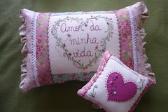 Enfim!! (Deda Wickert) Tags: heart embroidery pillow stitches corao almofada bordado fitas rendas