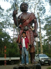 with the statues of the igorot (xXxseL) Tags: philippines baguiocity