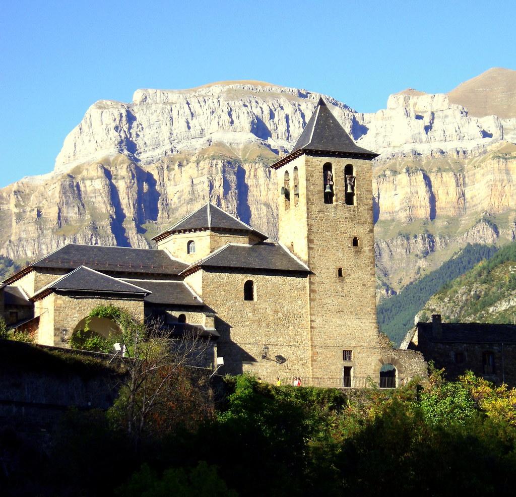 Torla, iglesia y torre vigía