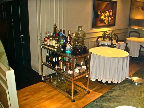 Salón principal con carrito de destilados