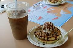 ホットケーキ チョコレートがけとアイスカフェオレ