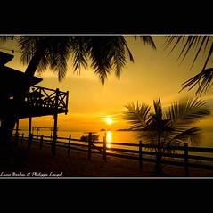 Seaside Travellers Inn (Kinarut) beach - Borneo - Malaysia (Lucie et Philippe) Tags: voyage trip travel sunset sun beach island hotel soleil inn travellers coucher sunsets malaysia borneo plage sabah survivor kinabalu coucherdesoleil malaisie kinarut seasidetravellersinn