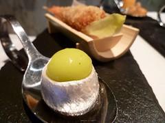 Detalle de Anchoa marinada con aceituna esférica
