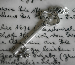 The key... (michael_hamburg69) Tags: handwriting silver krone key thomas schlssel charm font crown sterling schrift schmuck 925 jewel sabo silber anhnger rebelatheart thomassabo 1591 kettenanhnger geschwrzt t012600112 t0126 sabojewelry