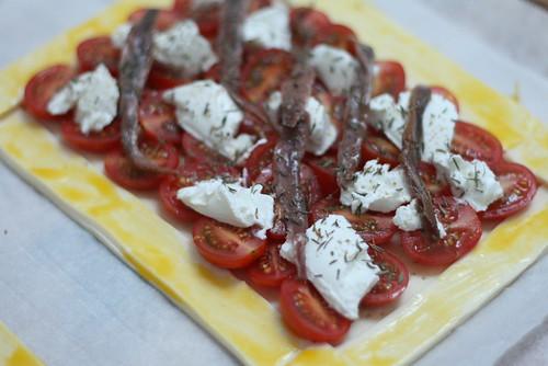 Tarte aux tomates-cerises avant la cuisson