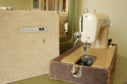 Montgomery Ward Signature Sewing Machine URR 251