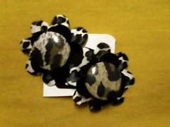 Tic tac de cetim, vinil, tecido e boto forrado (annycarol) Tags: flower flor boto tictac vinil ona tecido oncinha grampo cetim forrado grampinho