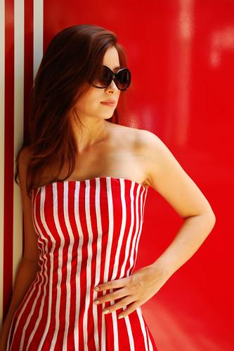 フリー画像| 人物写真| 女性ポートレイト| 白人女性| ドレス| サングラス| 赤色/レッド|     フリー素材|