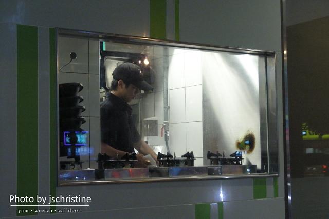 廚房工作中的店員