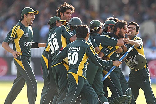Shahid Afridi is mobed after the victory-Pakistan vs Srilanka final Lords T20 WC 2009