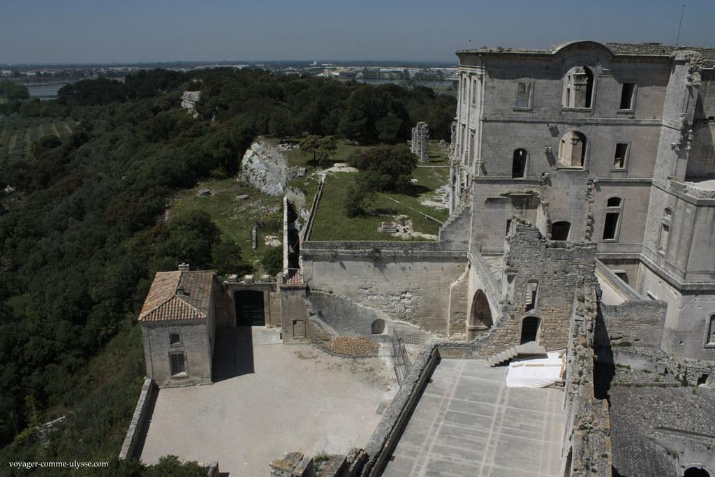 On peut bien apprécier l'état de ruine de l'abbaye, vu d'en haut.