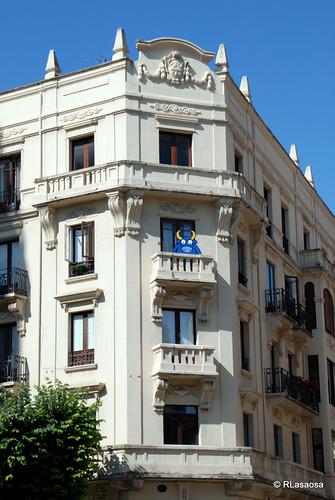 Fachada de un edificio en la confluencia de la Avenida de Carlos III y la Avenida de Roncesvalles