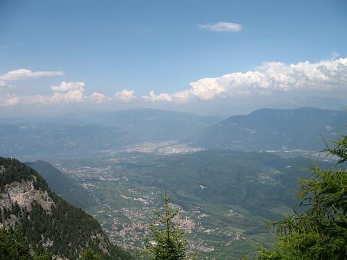 Blick von der Lawinen Spitze auf Kaltern, Bozen und die Dolomiten