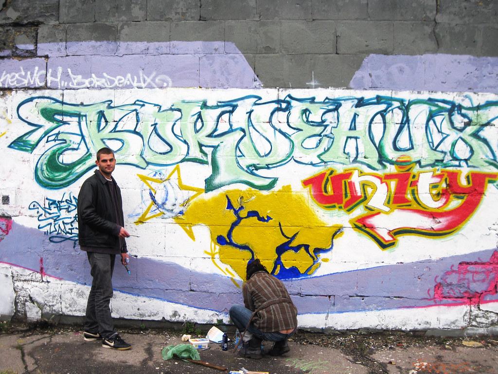 Loin des grandes affiches et des panneaux publicitaires, Rémy Laurent, jeune artiste bordelais, a choisi d'utiliser sa profession –il est graphiste- pour lancer la pub de son blog. Sur un mur de la rue des Etrangers……il réalise un graffiti qui, il le sait attirera les regards.  Son graff, «Bordeaux unity2010 », sera terminé d'ici une quinzaine de jours. Du moins il l'espère. Et attend que ce coup de pub lui amène des visiteurs sur la Toile.