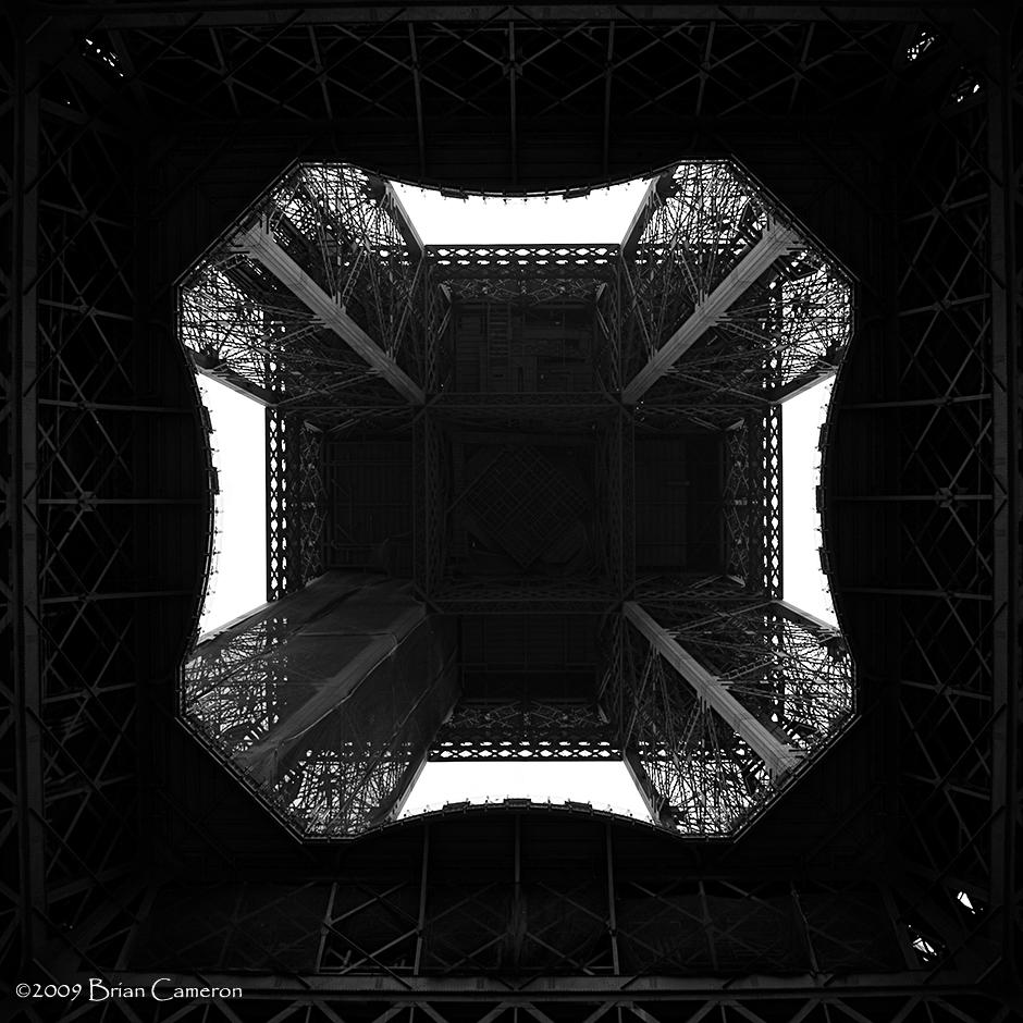 Au-dessous de la Tour Eiffel