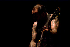 Mike Ness : les bras (Weinaiko) Tags: paris france june juin concert gig 2009 socialdistortion mikeness bataclan