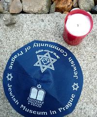 Kippa und Kerze (Peeping Thom) Tags: friedhof cemetery candle czech prague prag kerze praha tschechien tschechischerepublik jude jew czechrepublic kafka franzkafka kippah kippa jdisch