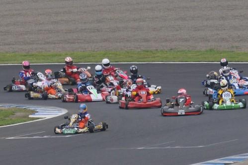 最終コーナーを立ち上がるポールポジションの37号車