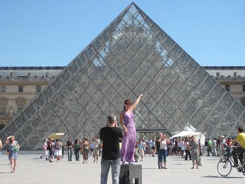 Des touristes à Paris pour des photos originales ... et les épices du souk du Caire.