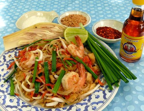 פאד תאי ותוספות: רוטב דגים, צילי יבש, בוטנים טחונים, סוכר, ליים. משמאל: פרח בננה מאודה