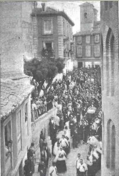 Plaza de San Vicente desde la Calle Alfileritos el día del entierro del Cardenal Monescillo en 1897. Foto Fraile para revista Nuevo Mundo