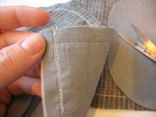The blazer pockets are first underlinined in grey cotton, then lined in the same.