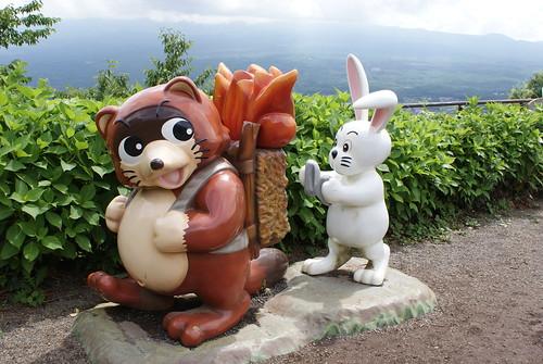 タヌキの薪に火をつけるウサギ