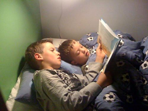 Axel läser Alfons för Leo.