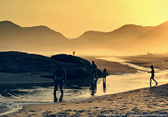 fim de tarde praiano (Marco BR) Tags: life sunset brazil inspiration sol praia beach yellow riodejaneiro bronze backlight silver contraluz gold areia playa amarelo vida fc barra tarde recreio beautifulday goldenlight inspirao abrico dialindo mywinners altoastral unanimouswinner whatawonderfullworld thechallengefactory fotocompetition fotocompetitionbronze fotocompetitionsilver fotocompetitiongold updatecollection marcobr marcomonteiro marcomonte