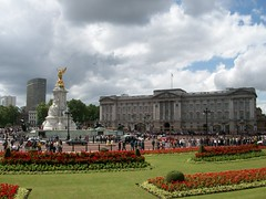 Buckingham Palace and the Queen Victoria Memorial (stuartpaterson) Tags: england sky people london fountain square king elizabeth flag centre capital royal palace national neo residence baroque standard buckingham trafalger erii queenqeii