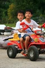 20091108_9742 (Yiwen103) Tags: 內灣 露營 尖石 卡丁車 櫻花谷 碰碰船 踏踏球